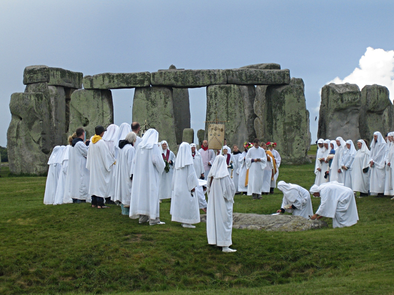 800px-Druids_celebrating_at_Stonehenge_(0)sandyraidy