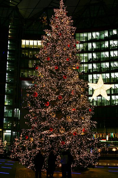400px-Christmas_tree_on_the_Potsdamer_Platz_(Sony_Center)_in_Berlin,_Germany