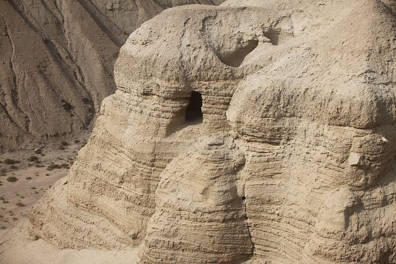 800px-The_cave_of_Qumran_place_of_the_dead_Sea_Scrolls