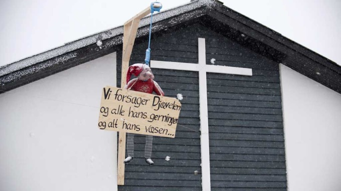 Dansk julemand henger fra mønet. Foto: Grete Dahl.