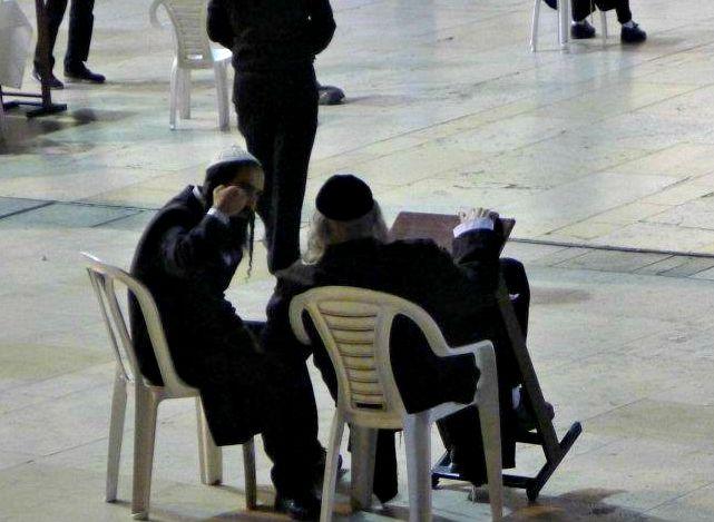 Ortodokse jøder i livlig diskusjon ved Vestmuren i Jerusalem.