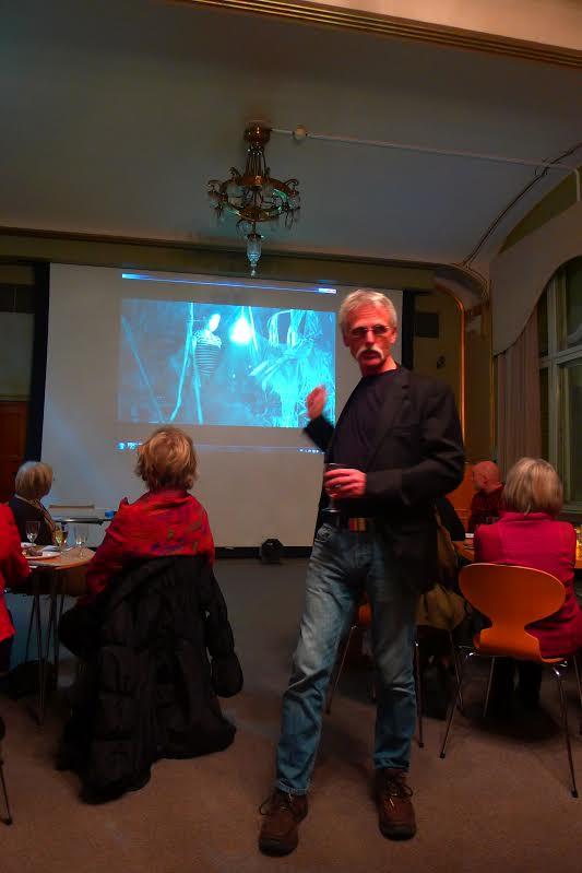 Arne Røkkum viser klipp frå den avdøde Sjamanen Titinas siste dramatiske seanse. Foto: Erling Lorentzen