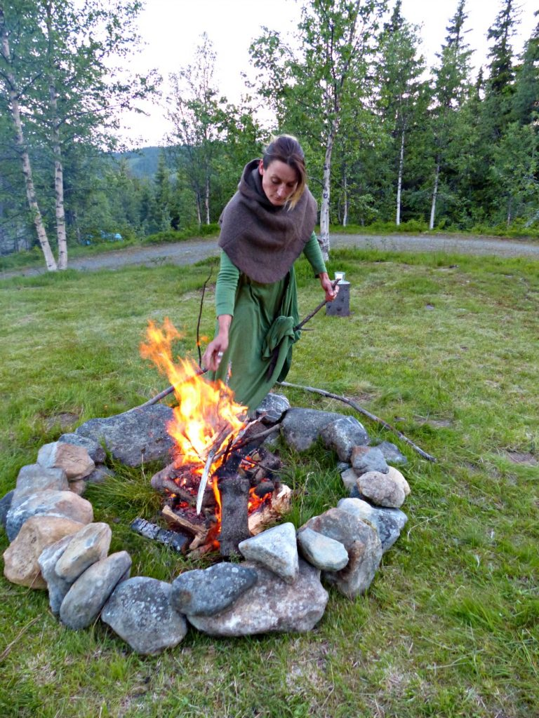 Inger klargjør bålet før sirkelseremonien.