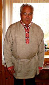 Oiva Jarva, iført ein karelsk drakt, gjer seg klar til seremonien for gjengravlegginga av 96 skolteskjelett i 2011