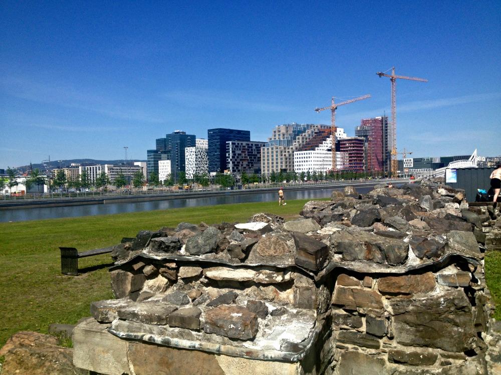 Middelalderparken med utsikt mot strekkodebyggene i Bjørvika