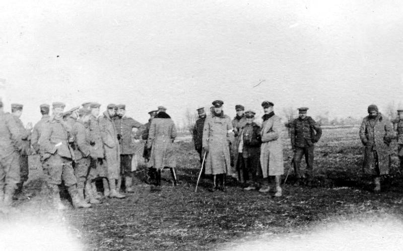 Tyske og britiske soldater i ingenmannsland julen 1914. Kilde: Wikimedia Commons.