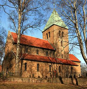 Gamle Aker kirke er bygget på 1100-tallet, og den gamle steinkirken bød på en unik ramme for den alternative Halloweenfeiringen. Foto: Wikimedia Commons