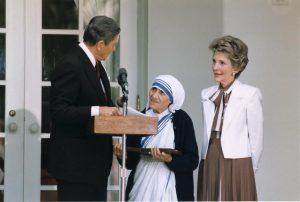 Mor Teresa mottar en utmerkelse av daværende president Ronald Reagan i 1985. Kilde: Wikimedia Commons.